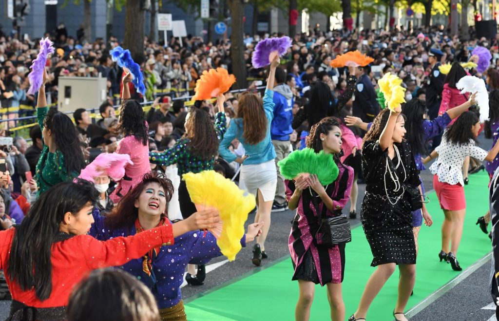 Tomioka High School Dance Club and Yoko Oginome Collaborate at Midosuji Autumn Party