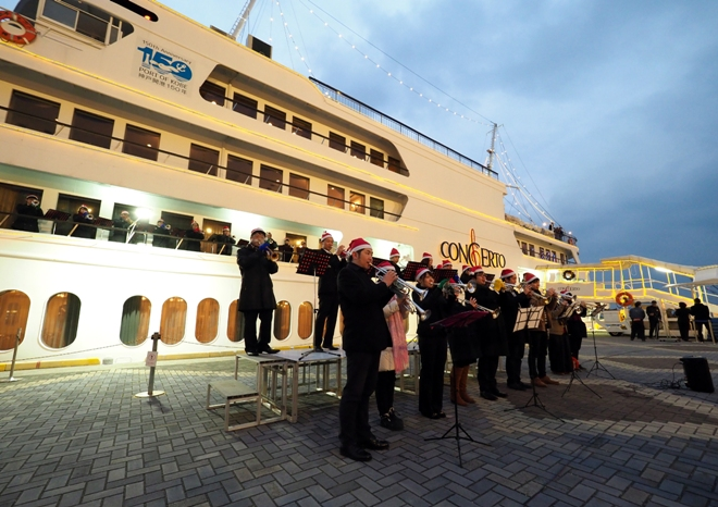40 Trumpeters at Port of Kobe