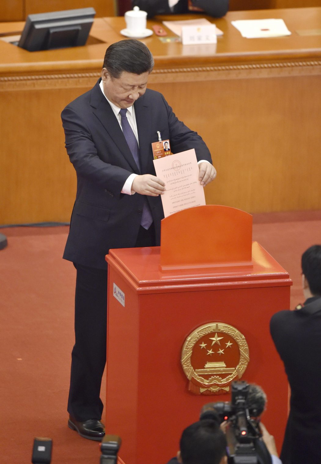 XI Jinping votes on constitutional amendment