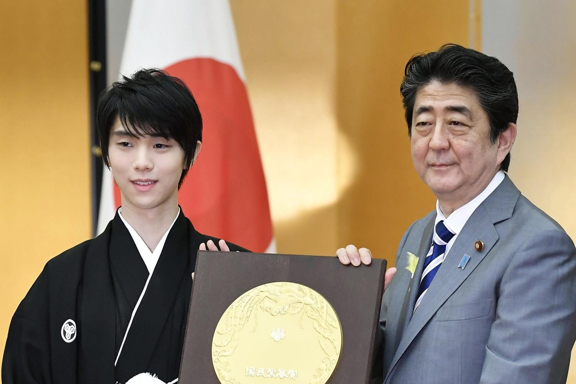 Yuzuru Hanyu presented the People's Honor Award by Prime Minister Abe