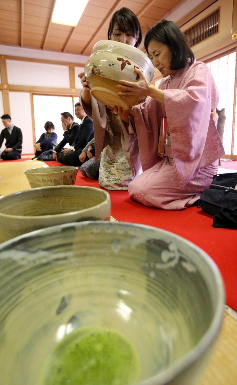 [Hidden Wonders of Japan] In This Tea Ceremony, A 5-kg Bowl Is Passed Around