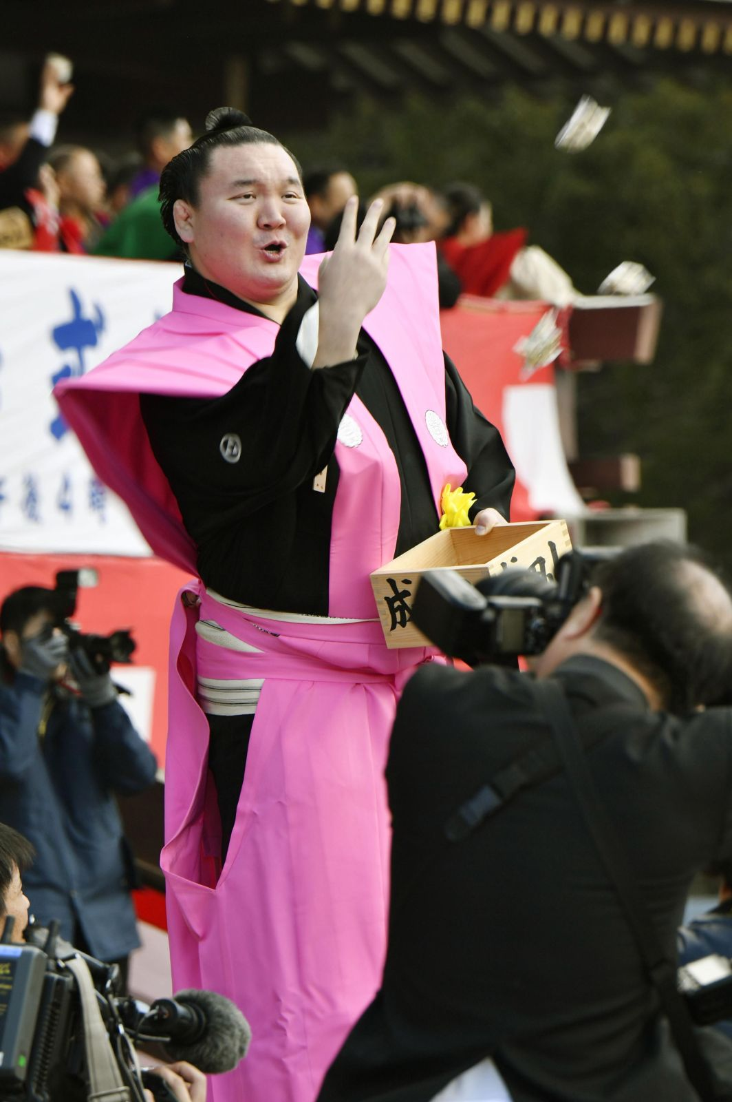 Kabuki Superstar Ebizo, Sumo Celebrities Hurl Tons of Soybeans At Setsubun Crowd for Good Luck