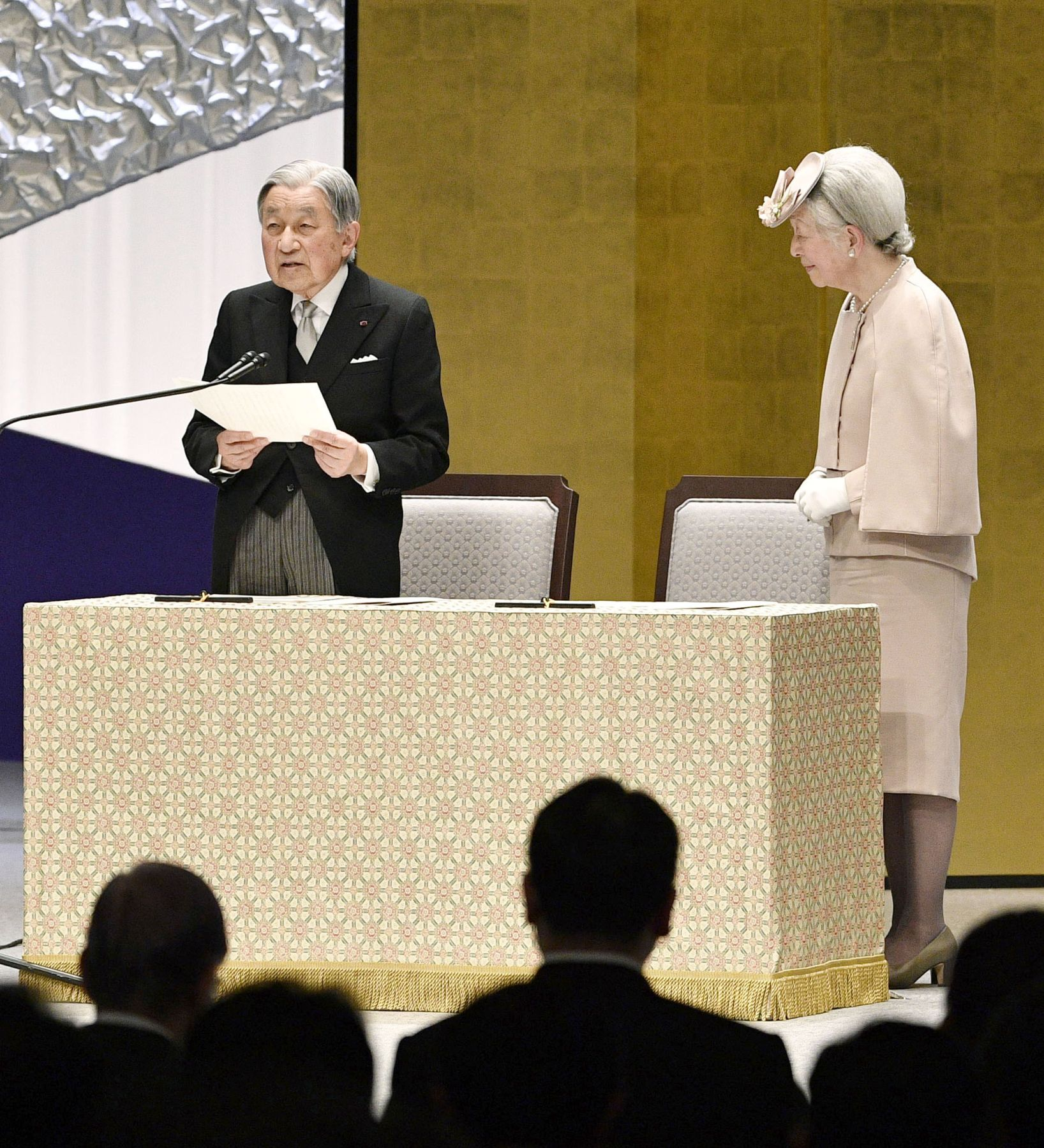 Japan Heisei Emperor Praying for Peace 008