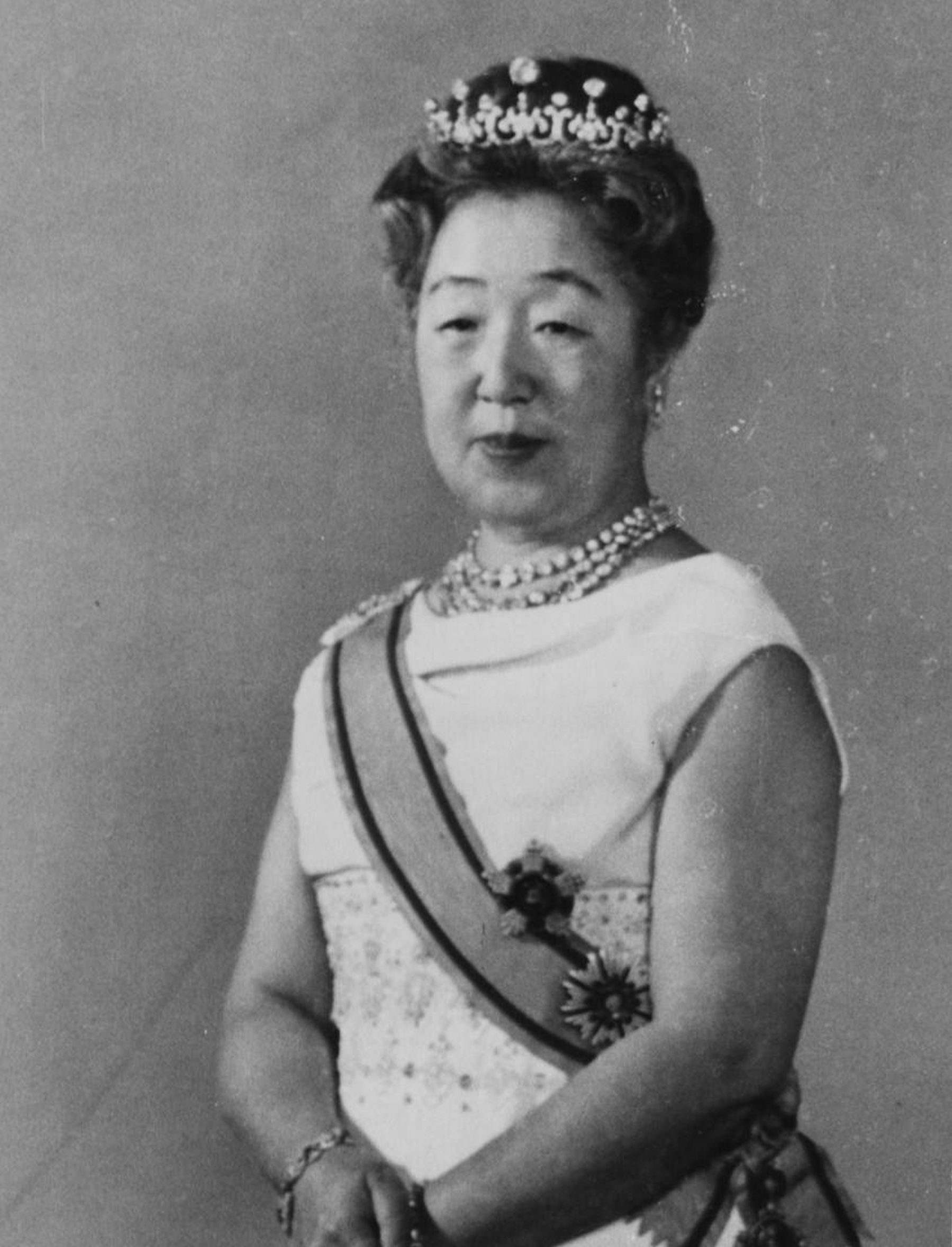 Japan Imperial Trivia Empress Tiara and Dresses 006