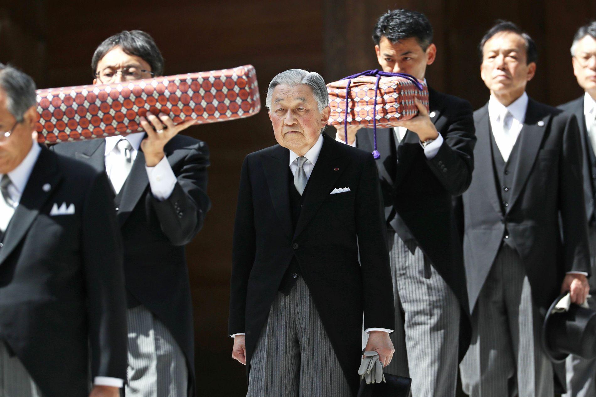Heisei Emperor Escorting Three Sacred Treasures at end of Heisei Era