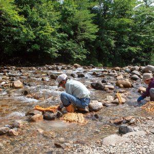 山熊田 洗う-集落の清流で糠を洗い流す