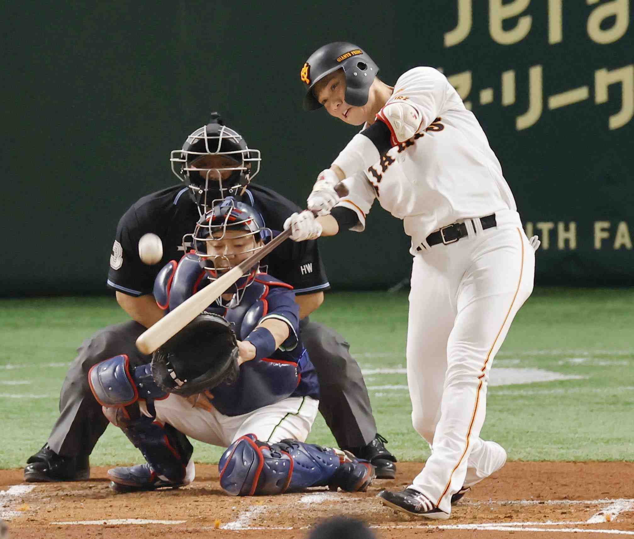 NPB Giants star Hayato Sakamoto gets 2,000th career hit 007